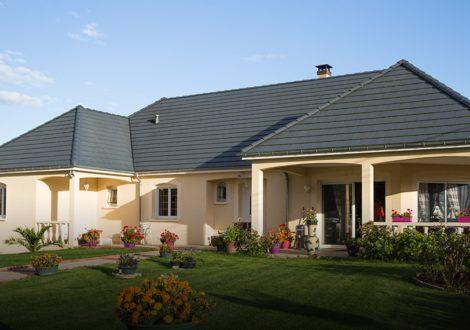 vue extérieur maison moderne en U 2