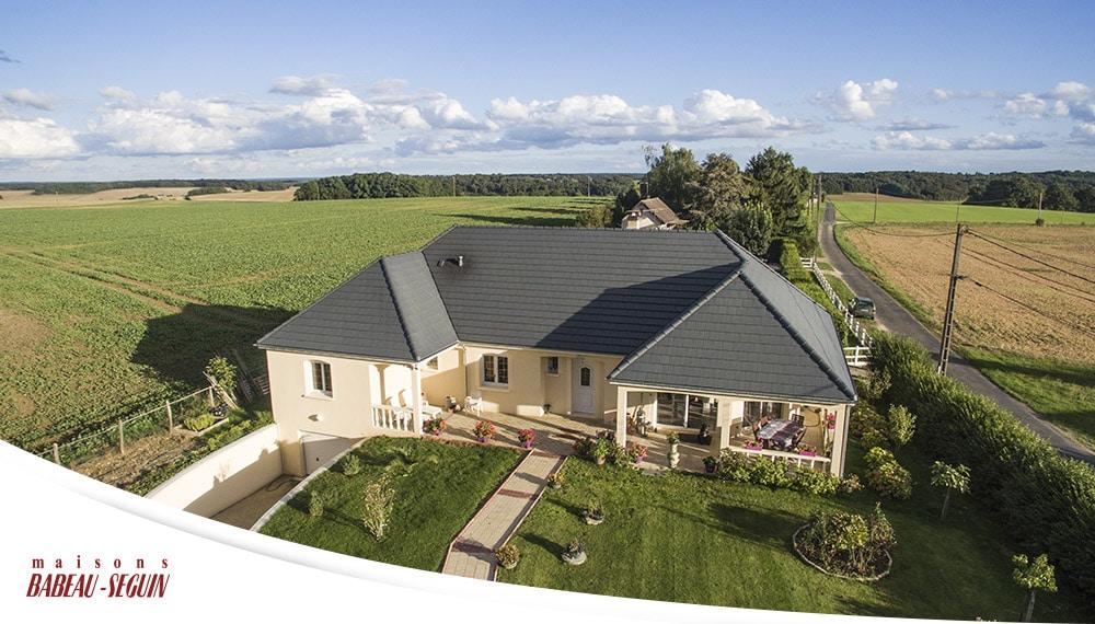 Maison moderne avec plan en u for Google vue des maisons