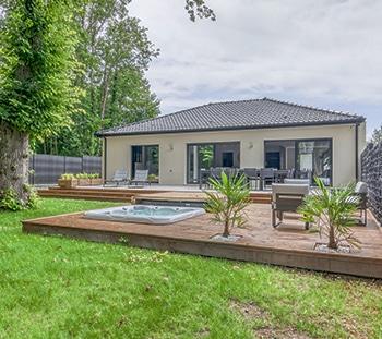 Maison neuve avec terrasse bois